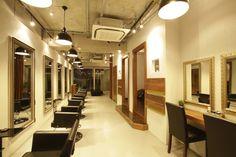 Beauty salon interior design ideas | + hair + space + decor + designs + Tokyo + Japan | Follow us on https://www.facebook.com/TracksGroup <<<【Arouse by afloat セットエリア】椅子をダークトーンの色で揃えてリッチ感を出しています。 美容室 内装