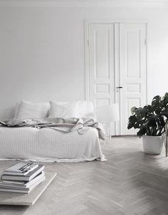 Qué bien fusionado está todo en esta habitación con el color blanco, es genial! #minimal #interior #inspiration @nurrpuchades