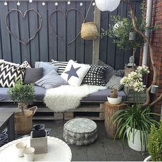 The best styling ideas for laying your sheepskin in the garden or on the balcony - Innen Garten - Eng Garden Makeover, Backyard Makeover, Outdoor Rooms, Outdoor Gardens, Outdoor Decor, Balcony Furniture, Outdoor Furniture Sets, Ideas Para Decorar Jardines, Dream Decor