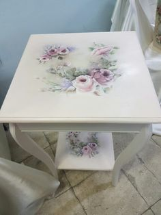 This Pin was discovered by Hat Decoupage Furniture, Paint Furniture, Repurposed Furniture, Diy Furniture Renovation, Furniture Makeover, Deco Podge, Hand Painted Chairs, Furniture Painting Techniques, Chinoiserie Wallpaper