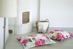 Pupukorvalliset luistinsuojat softshellistä + ohje - Kototeko Throw Pillows, Bed, Home, Tutorials, Toss Pillows, Cushions, Stream Bed, Ad Home, Decorative Pillows