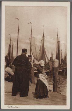 Volendammer vissers en een meisje in dracht bij de haven. Op de achtergrond de botters. 1910-1914 #NoordHolland #Volendam