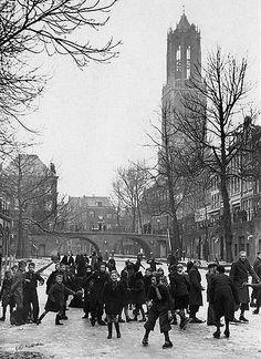 Winters Utrecht | Oudegracht 1944 | IJs en weder dienende; dus als alles goed is, meezit, blijft het vriezen