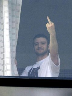 Justin Timberlake shows Middle Finger Reaction Pictures, Funny Pictures, Dankest Memes, Funny Memes, Funny Gym, Band Memes, Stupid Memes, Funny Quotes, My Mood