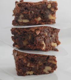 Les meilleurs brownies aux noix, riches au chocolat et au beurre. Denses et moelleux. Parfaits avec une tasse de café au goûter ou en dessert. / cuisineculinaire.com