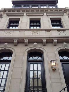 Вариант гладко-каменного фасада бежевого цвета в классическом стиле с лепниной