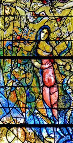 Famose in tutto il mondo, le magnifiche  fiabesche vetrate policrome, della misura di metri 4 per 2,8 circa, sono state realizzate dal grande artista in due anni di lavoro., tra il 1960 e il 1961.
