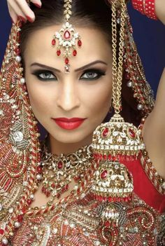 New south Asian bridal makeup for 2016 ideas from different makeup artist of Pakistan and India. South Asian Makeup has many varieties in . Indian Bridal Makeup, Asian Bridal, Beautiful Eyes, Beautiful Bride, Moda Indiana, South Asian Bride, Beauty And Fashion, Exotic Beauties, Bride Makeup
