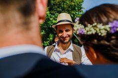 boda rural en galicia, novio con sombrero y chaleco