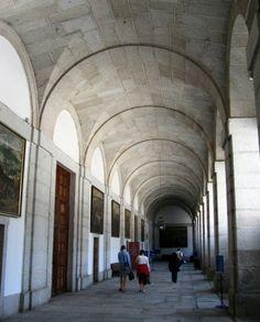 Claustro del Monasterio de El Escorial en la Sierra de Madrid - España