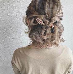 サイドを編み込みのようにねじったヘアスタイルは、ゆるゆるとほどけそうな繊細な雰囲気がとっても可愛い。アクセントにあしらったヘアアクセがポイントです。