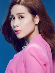 Hình ảnh ca sĩ Lưu Hương Giang gương mặt xinh đẹp nổi bật với tông màu hồng trẻ trung, nữ tính của đôi môi gợi cảm rất hợp với áo vest của cô