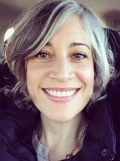 Femme 50 ans - Naturally White Silver Grey Hair : Illustration Description Embrasser les gris, grisonner gracieusement… - My Family Silver Grey Hair, White Hair, Dark Hair, Gray Hair Highlights, Hair Streaks, Gray Streaks, Grey Hair Streak, Natural Highlights, Going Gray Gracefully