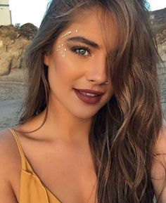 rhinestone eye makeup, Coachella makeup looks, festival make up, sparkly jewelry into your makeup look Gem Makeup, Rave Makeup, Jewel Makeup, Makeup Style, Music Festival Makeup, Festival Makeup Glitter, Make Up Looks, Festival Looks, Coachella Make-up