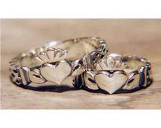 Claddagh-Ringe aus 925er Sterling-Silber. Der Claddagh-Ring ist ein Fingerring, der aus dem irischen Fischerdorf Claddagh bei Galway (County Galway) stammt. Der Ring zeigt zwei Hände, die ein Herz mit einer Krone halten. Das Herz symbolisiert Liebe, die Hände Freundschaft (Vertrauen) und die Krone Treue (Loyalität).