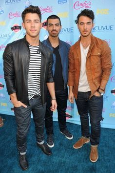 The Jonas Brothers strolled in style to the 2013 Teen Choice Awards.