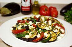 Salada de legumes grelhados com queijo feta