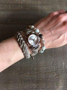 Montre bracelets femme, boho, à enrouler, deux tours, massive, cuir naturel gris tressé, pierres amazonite, chaine et Cadran argent. Ajustable avec chainette. Tours, Watches, Bracelets, Accessories, Etsy, Fashion, Gray, Natural Leather, Stones