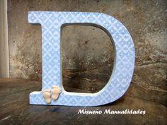 Letra D grande de madera decorada con papel y piececitos de bebé hechos de Fimo. www.misuenyo.com / www.misuenyo.es Grande, Decoupage, Scrap, Symbols, Letters, Wood Letters, Decorated Letters, Initials, Facts