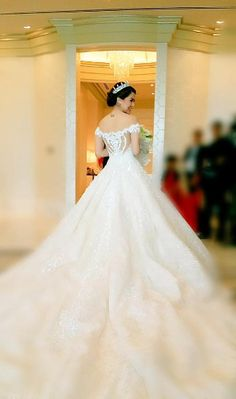 Marian Rivera in Michael Cinco Couture. Stylish Eve, Luxury Wedding, Dream Wedding, Wedding Things, Glamorous Wedding, Wedding Stuff, Bridal Gowns, Wedding Gowns, Wedding Cakes