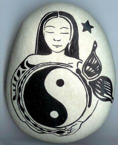 Stone Crafts, Rock Crafts, Yin Yang, Art Rupestre, Stone Painting, Rock Painting, Christmas Art Projects, Moon Symbols, Feng Shui