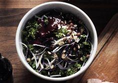 Kålsalat med bærvinaigrette og hasselnødder