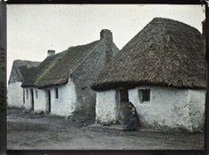 Mother and child outside dwelling, The Claddagh, Galway, Ireland, 25 May 1913 These dwellings are typical of Irish peasantry in the an. Old Pictures, Old Photos, Vintage Photos, First Color Photograph, Albert Kahn, Old Irish, Irish Culture, Irish Cottage, Irish Roots