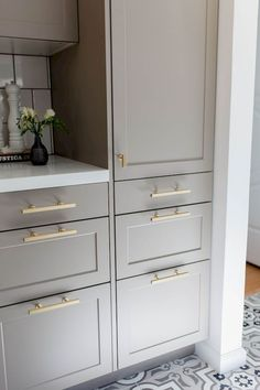 Light gray shaker cabinets w/ brass hardware for lowers cabinetry www. Light gray shaker cabinets w/ brass hardware for lowers Kitchen Interior, Farmhouse Style Kitchen Cabinets, Kitchen And Bath, Kitchen Cabinet Styles, Best Kitchen Cabinets, Kitchen Cabinet Hardware, Kitchen Styling, New Kitchen Cabinets, Kitchen Renovation