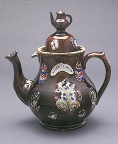 """Teapot And Lid, """"Barge Pot, """"I Like It Good"""""""", 18th–19th century A brown teapot and dome lid decorated with a flower pattern. On the side, a white arch says: """"I Like it Good"""". The knob on the lid a miniature teapot."""