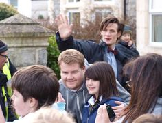 nice photobombing if you will from Matt Smith there whilst James Corden has pic taken with a fan! Bbc Doctor Who, Eleventh Doctor, Doctor Who Assistants, Matt Smith Doctor Who, Arthur Darvill, Alex Kingston, Rory Williams, Meanwhile In, Karen Gillan