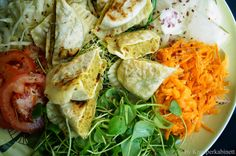 Bunter Salatteller mit veganen Maultaschen Vegan Recipes, Cooking Recipes, Chicken, Meat, Germany, Medical, Food, Vegan Main Dishes, Vegan Meals