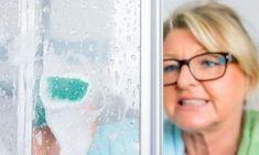 Elle ne frotte plus ses portes de douche... Grâce à ce truc, le Calcaire fond littéralement !