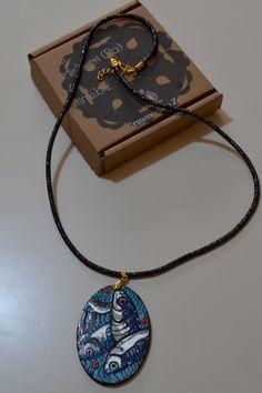 """Collana ovale in  legno decorata a mano con le """"alici"""" di CappelliniDiPetra su…"""