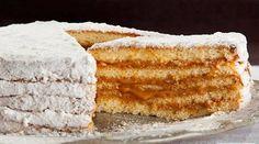 BOLO BEM-CASADO  Massa:  - 8 claras (280g)  - 4 colheres (sopa) de açúcar (50g)  - 1 pitada de sal  - 8 gemas (160g)  - 6 colheres (sopa) de margarina (120g)  - 1 xícara (chá) de açúcar (180g)  - 1 colher (sobremesa) de essência de baunilha (5g)  - 2 xícaras (chá) de farinha de trigo (240g)  - margarina para untar  - farinha de trigo para polvilhar  -   - Recheio:  -   - 2 latas de doce de leite (790g)  -   - Cobertura:  -   - 1 xícara (chá) de açúcar de confeiteiro (130g)