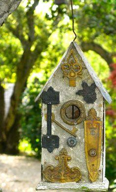 Vogelhaus selber bauen Holz Blech Schlüssel