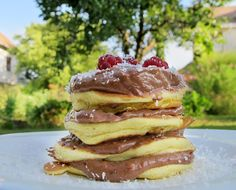 "Pancakes cu mousse raw de ""ciocolata"" (carob sau pudra de roscove) Mousse, Raw Vegan, Pancakes, Deserts, Breakfast, Sweet, Food, Sugar, Morning Coffee"