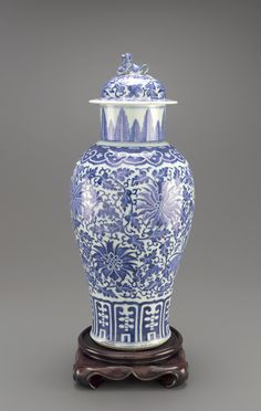 Jar with lid early 18th century  Qing dynasty  Porcelain with cobalt pigment under clear glaze H: 5.9 W: 18.5 D: 18.0 cm Jingdezhen, China