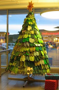 A Christmas tree made of mittens (in Norway). After Christmas they're donated to charity. Unusual Christmas Trees, Crochet Christmas Trees, Alternative Christmas Tree, Christmas Knitting, Xmas Tree, After Christmas, Christmas Holidays, Christmas Crafts, Redneck Christmas