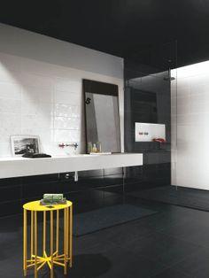 Swing seinälaattamalliston värimaailma koostu hehkuvan punaisen, pehmeän beigen sekä puhtaan valkoisen ja mustan sävyissä. Värisilmä, www.varisilma.fi Black Walls, White Walls, Haku, Bathroom Lighting, Bathtub, Beige, Mirror, Interior, Furniture