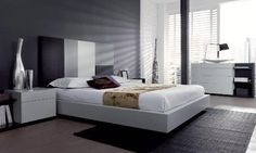 Dormitorio con cabecero en tonalidades grises y blancos, y mesillas en blanco Furniture, Bedroom, Night, Home Decor, Grey Living Rooms, Dream Bedroom, Men's Bedroom Decor, Modern Bedrooms, Grey Headboard