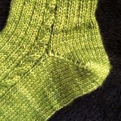 [vidéo] Tricoter un talon de chaussette en rangs raccourcis                                                                                                                                                     Plus Knitting Videos, Knitting Stitches, Knitting Socks, Baby Knitting, Knitting Patterns, Crochet Patterns, Diy Baby Socks, Diy Crafts Knitting, Knitting Accessories