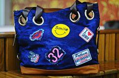 89389ea3f Bolsa Feminina Red Rosa Jeans Emojis É perfeita para você que adora carregar  tudo na bolsa