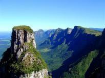 Aparados da Serra começa no município de Urubici, em Santa Catarina, onde esta a parte mais vertical, e termina entre os Municípios de Cambará do Sul e São Francisco de Paula, ambos no Rio Grande do Sul