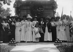 A group of women pose for a photograph on Memorial Day (probably in as depicted by the year on their badges) a the Civil War Unknowns Monument in Arlington National Cemetery, Virginia. Battle Of Cold Harbor, Greek Warrior, Facebook Image, Female Poses, Memorial Day, Comedians, Photo Credit, The Past, National Cemetery