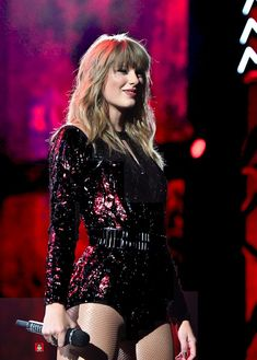 Taylor Swift performs onstage during the 2018 American Music Awards. Frases Taylor Swift, Estilo Taylor Swift, Long Live Taylor Swift, Taylor Swift Hot, Taylor Swift Style, Taylor Swift Pictures, Taylor Swift Funny, Taylor Swift Concert, Sabrina Carpenter