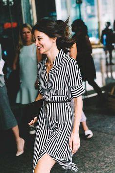 Um vestido chemisier também combina muito com a sexta-feira casual. Combine-o com scarpin, meia-calca + bota de cano baixo (ankle boot)