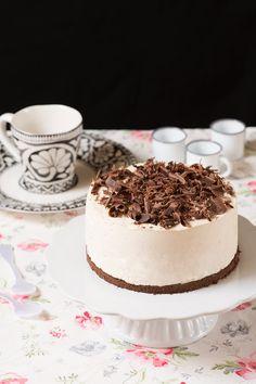 Tarta mousse de café sobre stand para tartas blanco Esta tarta mousse de café es sencillísima y sin horno, suave y perfecta para los amantes del café. La fórmula, inspirada en esta receta, lleva café y queso mascarpone, que son dos ingredientes que casan a...
