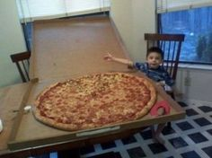 """And when this kid requested a pizza """"THIS BIG"""" and someone saw to it to make it happen. 17 Times Pizza Restored Your Faith In Humanity I Like Pizza, Big Pizza, Large Pizza, Pizza Food, Bulgaria Food, Cookies In Bloom, Giant Pizza, Giant Food, Types Of Pizza"""