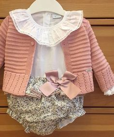 Quel plaisir d un joint milunakids Lovely vous offre Si vous aimez - Coisas para usar menino meninas Knitted Baby Outfits, Knitted Baby Cardigan, Crochet Baby Clothes, Knitting For Kids, Baby Knitting Patterns, Baby Girl Sweaters, Baby Dress, Kids Fashion, Girl Outfits