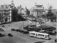 """See 3611 photos and 214 tips from 23386 visitors to Plaza de Cibeles. """"This plaza houses one of Madrid's emblems, the Fountain of Cibeles. Pictures To Draw, Old Pictures, Old Photos, Best Hotels In Madrid, Foto Madrid, Madrid Travel, Southern Europe, Interesting Buildings, Historical Pictures"""